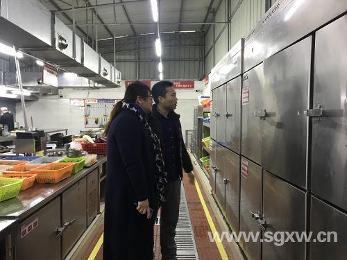 市食药监局工作人员到武江区百香园盆菜王餐饮店检查。